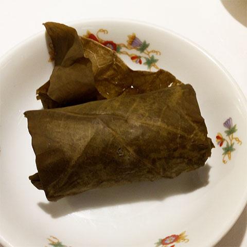 腸詰と干し海老のおこわ蓮の葉包み